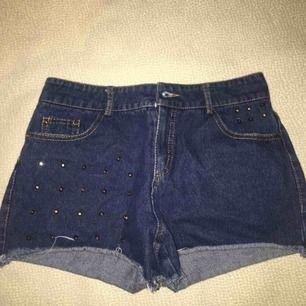 Denim shorts med guld metall detaljer på. Storleken står inte på shortsen men skulle kunna tror det är storlek S. Knapparna är lite trasiga men det kan lagas. Priset kan diskuteras :)