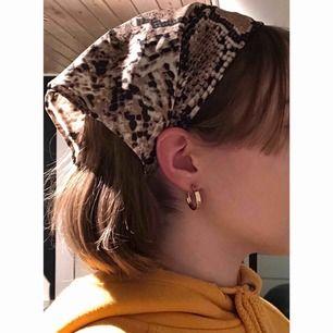 Jättesnygg bandana i ormskinns-mönster från Gina Tricot. Aldrig använd men lapp borttagen. Kan mötas upp i Lund, annars betalar köparen för frakt. Fraktpris är 35kr.💫