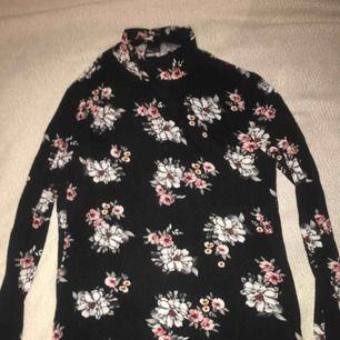 Långärmad tröja från Gina med blommönster