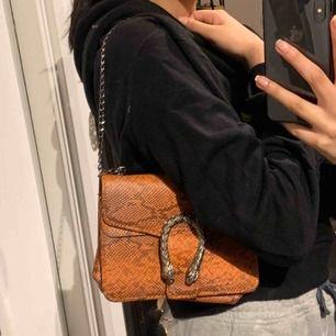 Väska med orange ormskinn mönster 🧡 kedjan är längre i väskan !