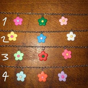 ✨Blom halsband. Silverpleterat.✨ - Fyra stycken halsband finns, olika färger men samma design.
