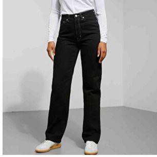 Snygga svarta byxor med vita detaljer från weekday. Storlek 30/30 Använda få gången och är i som nytt skick Säljer dom eftersom dom är förstora och använder dom inte. Frakt tillkommer till priset