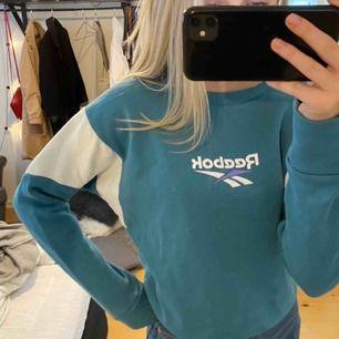 Säljer denna superfina blåa sweatshirten från Reebok! Använd ett tag men bytande sedan stil och har därför inte kommit till användning. Är en XS men passar säkert en S om man vill ha den lite tajtare! Köparen står för frakt.