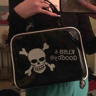 cool väska m döskallar! lite sliten o saknar ett hänge på ena dragkedjan men det är inget man tänker på:)