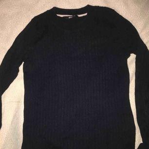 Mörkblå långärmad tröja från gina. Finns ett litet hål där nere men det går självklart att sy upp igen. Priset kan diskuteras :)