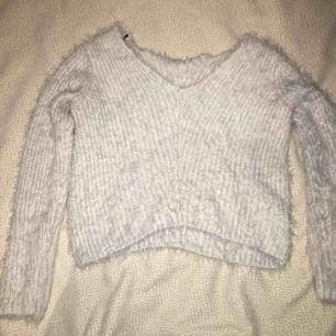 Vit långärmad tröja som är ribbad och mjuk. Priset går att diskuteras :)