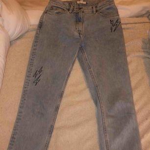 Sjukt snygga mom-jeans, knappt använda! Passar mig som är 175 slutar lite ovanför anklarna!