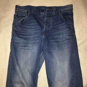 Mörkblåa boyfriend jeans från Crocker i stockholm. Finns fyra knappar. storleken står på andra bilden. Priset går att diskuteras :)