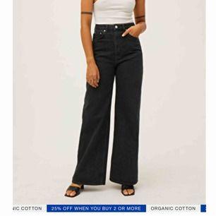 Tänkte kolla intresse på mina weekday jeans, i modellen Ace! Supersnygga, dock lite för stora på mig så därför jag tänkte sälja dem :) går att frakta<3 dem sitter som en 27/28 i midjan skulle jag säga :)