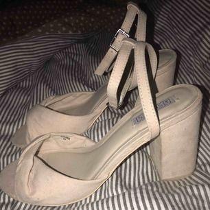 Helt nya supersnygga beige skor från Nelly. Köparen står  frakten annars så kan jag mötas upp i Örebro/Södertälje