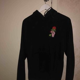 En snygg och fräsh hoodie köpt på plick tidigare. Säljs pga för liten för mig som är en M. Möts i Stockholm eller fraktar. Okänt märke!
