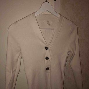 """En fin och trendig """"knapp"""" tröja! Från H&M i storlek S, använd 2 gånger. Säljs pga för liten! Super fint skick."""