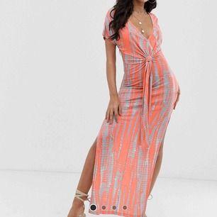 Jättefin klänning från Asos. Nypris 351,79:- Alla lappar kvar, oanvänd och ouppackad. Sitter som på modellen. Råkade köpa två stycken likadana så säljer den här som är ouppackad. Är 180cm lång. Frakt tillkommer 💝