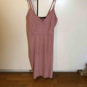 Rosa klänning i mocca imitation. Lite tunn i materialet vilket gör det till en perfekt sommarklänning. Har ingen bild med klänningen på tyvärr.