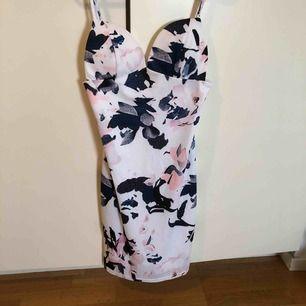 Vit klänning med mönster på. Inköpt från YOINS.