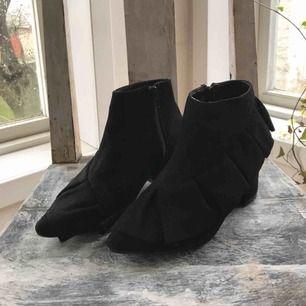 Svarta ankle boots med volang och 5cm klack. Skick: nyskick, använda en gång. Frakt: 59kr.