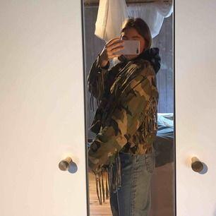 Croppad militär jacka från zara, perfekt till våren och sommaren! Snygga detaljer so gör jackan cool:)