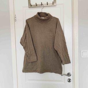 Beige lite oversized tröja med polo. | Vet inte storlek då lappen är borta men som en S-M  | Frakten ingår i priset 🌻