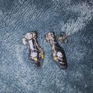 fina örhängen som jag knappt använder, de ska likna ormhuvuden :)frakt på 9kr tillkommer!
