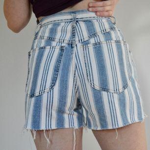 +50 kr frakt! Sååå coola shorts! De är randiga och har fin distressed kant. Små i midjan. Skriv om du har frågor! 👖