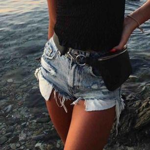 Jätte fina jeans shorts köpta utomlans! Sitter som en smäck och dom är jätte sköna! Wow mina favoriter var det! Frakt tillkommer ochå Pris kan kanske diskuteras!