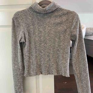 En jätte fin polo tröja som sitter jätte fint och skönt! Den kliar inte eller sticka utom den är jätte skön! Frakt tillkommer!