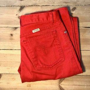 Skitsnygga röda jeans från Beyond retro! Orginalpris 300kr. Ganska tunna och långa i benen, fint skick. Frakt tillkommer