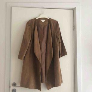 Snygg vårjacka i mockaimitation från H&M. Ljusbrun/brun. Använd 1 gång.