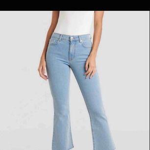 Helt oanvända klickflare jeans från NA-KD. Skitsnyggt med kickflare till våren. Gått ner skamligt i pris pga att jag gör om i min garderob o måste bli av med saker promt. Frakten ligger på 70kr