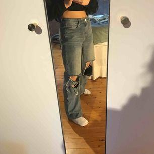 Säljer min fina jeans från prettylittlething då de inte kommer till användning längre tyvärr..! Sitter väldigt snyggt och passar strl 36-40  beroende på hur man vill att de ska sitta. Jag är 162cm och de går hela vägen ner på mig! 🥰
