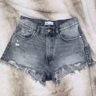 """Super snygga """"High Rise Distressed"""" jeans shorts från Zara SS19 kollektionen. Oanvända. Storlek 34/XS.  Betalning via Swish, bjuder på frakt vid snabb affär!"""