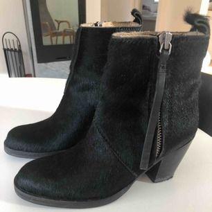 Coola boots i äkta hästhår och skinn från Acne Studios