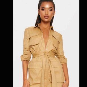 Galet snygg utility dress från prettylittlething  Säljer pga av att jag råka köpa två  Knappt använd