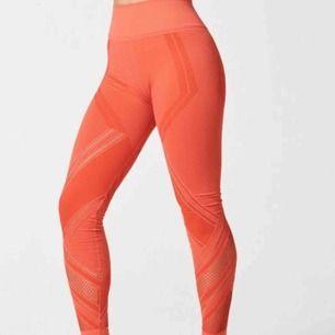 NUXACTIVE bästsäljare quintessential leggings Seamless strl s (36-38) Färg poppy Hög midjan Helt oanvänd men tvättad pga köpt längesen. Inköpt 1000kr. Frakt 40kr