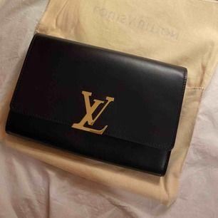 Säljer min äkta lv väska. ALDRIG använd. Kvittot finns. Alla lappar finns, boxen finns. Gärna bud. Men inga skambud!