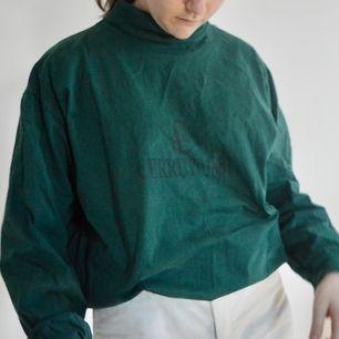 +50kr frakt! Underbar tröja i tyg, är så kör i den här färgen. Det är en turtleneck och har ett svagt print på framsidan. Skriv om du har frågor! 🌻