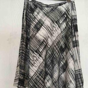 Oanvänd In Wear satin fodrad kjol. Style heter Fria. Med stora fickor som syns inte. Kan skicka mer bilder. Frakt 40kr frimärke eller 63kr spårbart