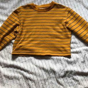 croppad gul randig tröja ifrån pull & bear  köparen står för frakt, betalning via swish