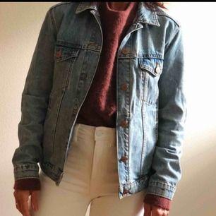 Snygg oversized jeansjacka från Monki, perfekt till vår och sommar, väldigt fint skick