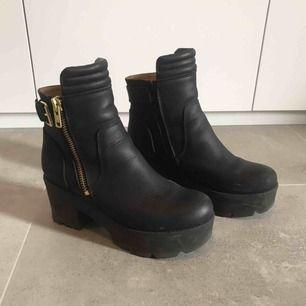Bekväma Johnny Bulls boots med en decimeter plattform klack. Frakt inkluderat.