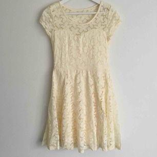 Äggskalsvit spetsklänning i storlek M. Tyvärr är lappen bortklippt så jag vet inte från vart den är!