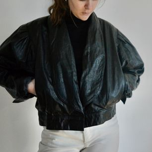 +80kr frakt! Detta är en väldigt unik läderjacka som är formad som en bomberjacka. Den är väldigt pösig och har stora ärmar, väldigt 80-tal. Den här ingen knapp eller dragkedja. Skriv om du har frågor! 🌻