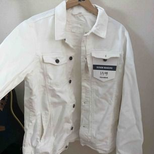 Over sized vit Jeans Jacka HELT NY. Strlk L. Kan dela på frakten.