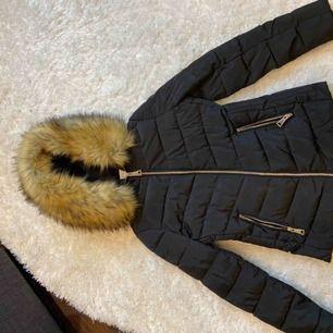En jätte fin jacka köpt i oktober men alldrig använd! Den sitter jätte fint på och är skön och bra till våren! Den är köpt för ungefär 900 kr därför säljer jag nu den för 600 kr Stolek 32 men passar även 34 och kanske en 36 ! ALTSÅ passar XXS-s