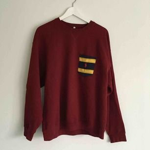 Vinröd sweatshirt med Ralph Lauren-bröstficka från Beyond Retro Remake.