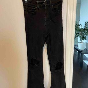 Ett par bootcut jeans köpta nyligen men bara använda några få gånger! Skiter fint och bra! Gjort två hål själv! Frakt tillkommer! Storlek Xs men passar XXS-S