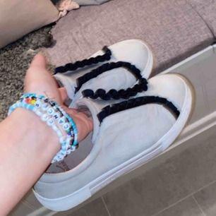 Säljer dessa super söta skor! Väldigt fina och i super fint skick! Inte mina bilder! Kontakta mej privat för flera bilder! Dom e använda Max 3 gånger!! NYPRIS 1000kr 🙏 se två sista för bäst bild av färgen!