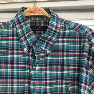 En nästintill oanvänd Ralph Lauren skjorta säljes. Strl: L, givetvis äkta.   Vid skickad vara, tillkommer det frakt på 55kr. Bildbevis samt kvitto skickas även.