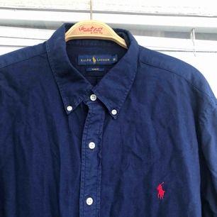 En nästintill oanvänd Ralph Lauren skjorta säljes. Strl: XL (slim fit), givetvis äkta.  Vid skickad vara, tillkommer det frakt på 55kr. Bildbevis samt kvitto skickas även.