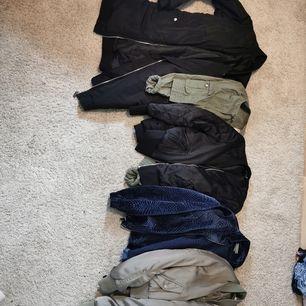 Säljer dessa jackor, många bombers och mycket grönt/svart/beige för 10 kr st, 50 kr för 5 st etc. Mycket fint skick, passar bara inte mig/min stil längre 🌟